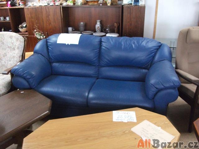 Pěkný kožený modrý gauč.