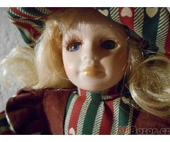 Stará porcelánová panenka s vínovými šaty