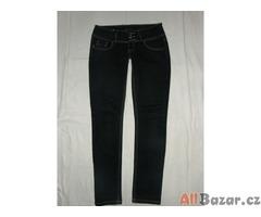 Tmavé bokové jeansy