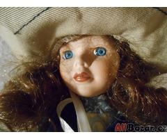 Stará porcelánová panenka s kloboukem