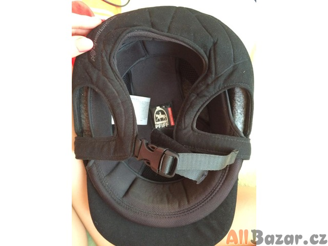 černá sametová jezdecká helma