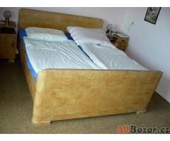 Prodáme masivní manželskou postel a okolní skříně, Zn: Spěchá