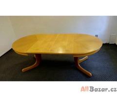 Dřevěný rozkládací stůl až pro 10 lidí