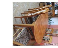 Oválný velký stůl se 6 čalouněnými židlemi