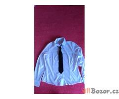 Bílá košile s černou kravatou