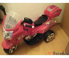 červená elektronická motorka