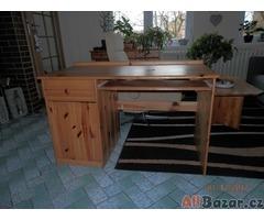 Stůl z masívní borovice.