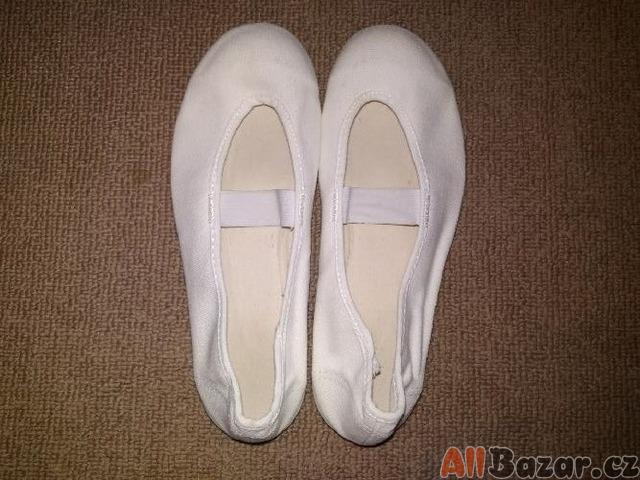 Klasické bílé cvičky s gumičkou
