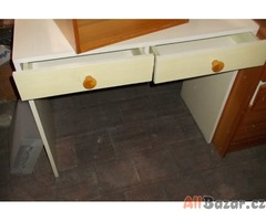 stolek s šuplíky