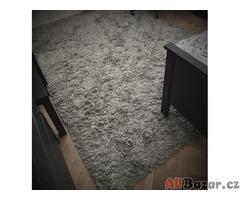 Prodám šedý koberec s dlouhým chlupem pořízený v Ikei v perfektním stavu