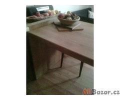 masívní jídelní stůl