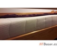 Horní patro postele včetně roštu a matrace