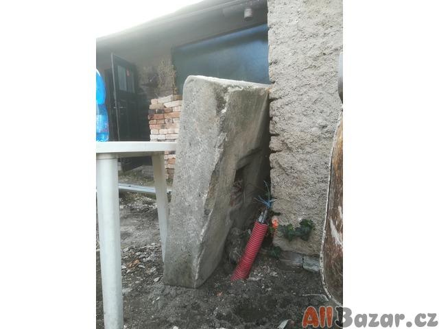 staré trámy a pískovcový kvádr