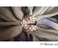 Spona je osázená drobnými krystaly na šátek nebo tenkou šálu.