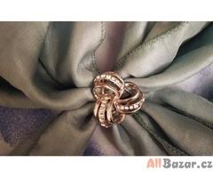 Ozdobná elegantní spona na šátek nebo tenkou šálu.