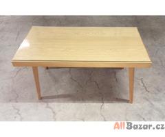 Konferenční stolek z masivu se skleněnou deskou.