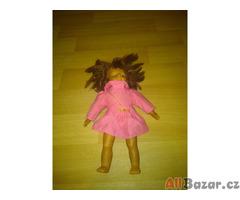 panenka s ružovými šatičkami