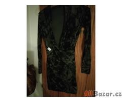 Šaty s hlubokým olemovaným výstřihem