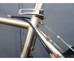 Prodám kolo MTB stříbrné barvy s kvalitním vybavením.